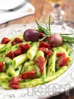 Паста пене с босилеково песто и мариновани сушени домати - снимка на рецептата